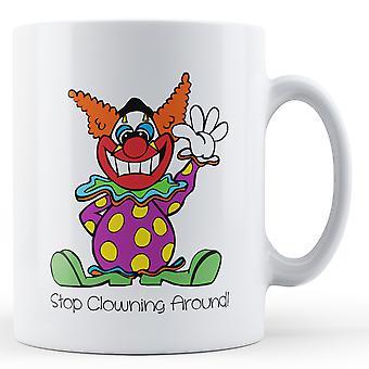 Dekoracyjne piśmie Stop Clowning Around - kubek z nadrukiem