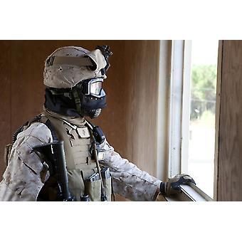 20 octobre 2013 - A US Marine participe aux opérations en zone urbaine dans le cadre d'un exercice d'entraînement de champ bataillon au Marine Corps Base Camp Lejeune en Caroline du Nord Poster Print