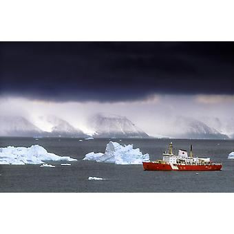 Guarda costeira canadense quebra-gelo entre a ilha Ellesmere, Canadá e Gronelândia PosterPrint a visitar a costa noroeste da Groenlândia