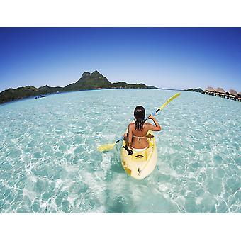 Französisch-Polynesien Bora Bora weibliche Kajakfahrer genießt einen Tag auf dem Wasser PosterPrint