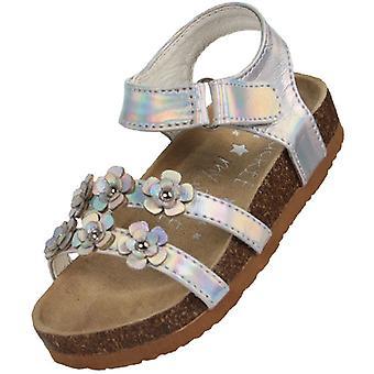 Junge Mädchen silberne Fußbett-Sandalen