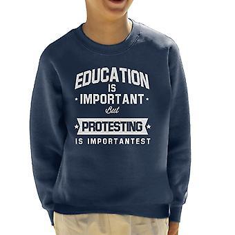 Onderwijs Is belangrijk maar protesteren Is Importantest Kid's Sweatshirt