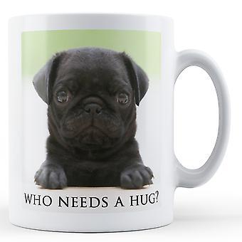 Czarny Pug Puppy, kto potrzebuje przytulić? -Kubek drukowane