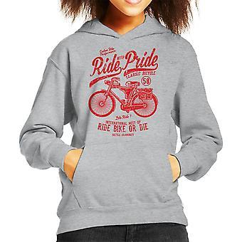 Guidare con orgoglio bicicletta classica con cappuccio felpa bambino