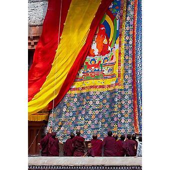 Monniken een thangka verhogen tijdens het Hemis Festival Ledakh India Poster Print by Ellen Clark