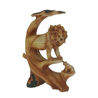 Olhar de madeira esculpida leão e filhote em estátua de árvore