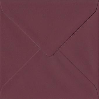 Bordeaux röd gummerat 130mm fyrkantig färgade röda kuvert. 120gsm GF Smith Colorplan papper. 130 mm x 130 mm. bankir stil kuvert.