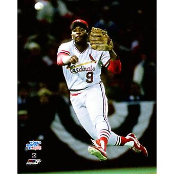 Terry Pendleton #5 von den St. Louis Cardinals wirft auf die erste Base in Spiel 5 der 1985 World Series gegen die Kansas City Royals im Busch Stadium am 24. Oktober 1985 Photo Print