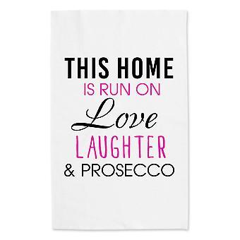 Этот дом запускается на любовь смех и Просекко белым полотенцем