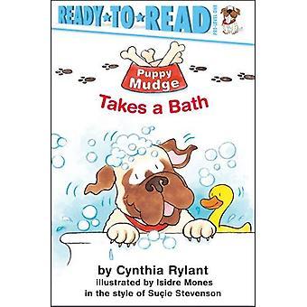 Welpe Mudge nimmt ein Bad
