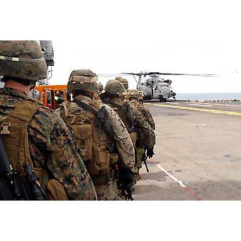 Marinesoldater og søfolk fremskridt at gå om bord en CH-53E Super hingst plakat Print af Stocktrek billeder