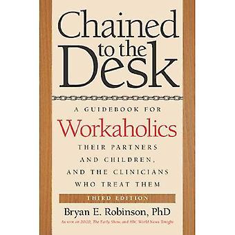 Lænket til skrivebordet (tredje udgave): en guidebog for arbejdsnarkomaner, deres partnere og børn og klinikerne...