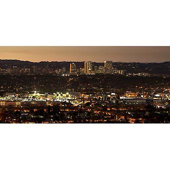 Erhöhten Blick auf Gebäude leuchtet in der Dämmerung Jahrhundert Stadt Los Angeles Kalifornien USA Poster Print