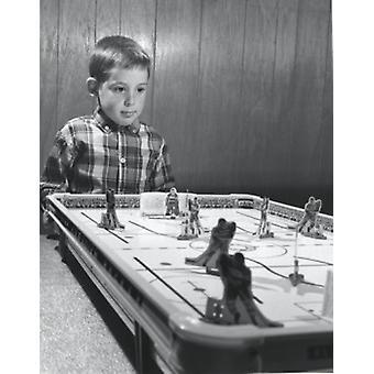 Gutt i nærheten en Ishockey tabell plakatutskrift
