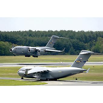En C-17 Globemaster III utfører touch og gå landinger mens en annen forbereder for avgang Poster trykk av Stocktrek bilder