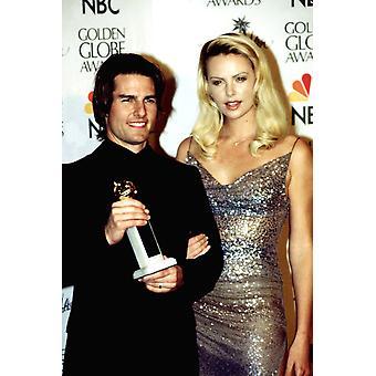 Tom Cruise mit seinem Golden Globe Award Charlize Theron bei der Golden Globe Awards Januar 2000 Celebrity