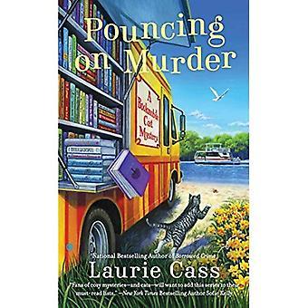 Werpt over moord: een Bibliotheekbus kat mysterie (Bibliotheekbus kat Mysteries)