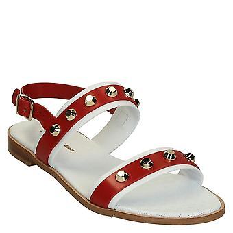 Sandalias de cuero planas de blanco y rojo con montantes de metal