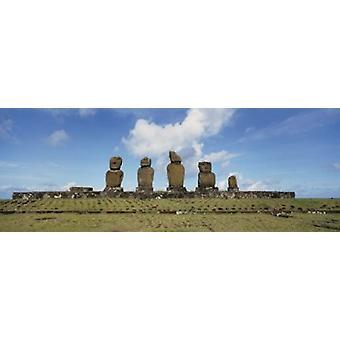 Vista de ángulo bajo de estatuas Moai en fila Tahai arqueológico sitio Rano Raraku isla de Pascua Chile Poster Print