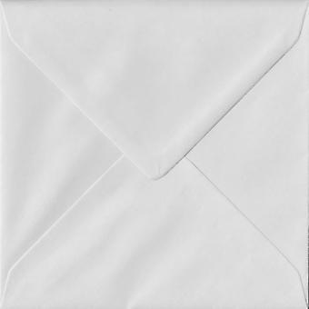Vit gummerat 130mm fyrkantig färgade vita kuvert. 140gsm FSC hållbart papper. 130 mm x 130 mm. bankir stil kuvert.