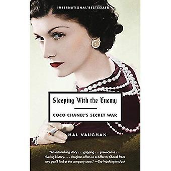 Sova med fienden: Coco Chanels hemliga krig