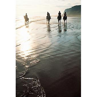 Quattro persone equitazione su una spiaggia litoranea Irlanda PosterPrint
