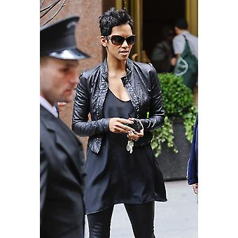 Halle Berry Walks In Midtown Manhattan Out And About For Celebrity Candids - Friday  New York Ny April 30 2010 Photo By Ray TamarraEverett Collection Celebrity