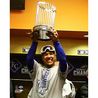 Salvador Perez mit dem World Series Championship Trophy Spiel 5 der 2015 World Series Fotodruck