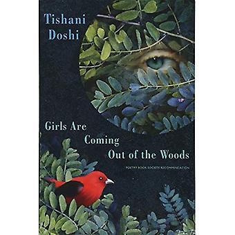 Flickor kommer ut ur skogen