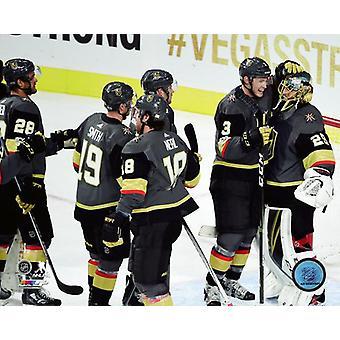 Vegas Golden Knights świętować wygranie meczu inauguracyjnym w T-Mobile Arena na 10 października 2017 Photo Print