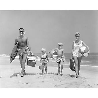 jaren 1950 gezin van vier lopen naar Camera met strand ballen paraplu picknickmand en zand emmer afdrukken door Vintage