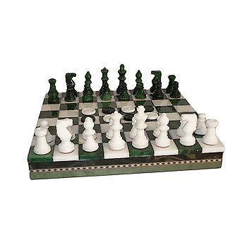 El conjunto del ajedrez alabastro verde y blanco con incrustaciones de pecho