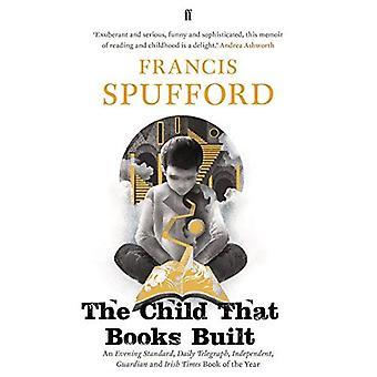 El niño construyó de libros