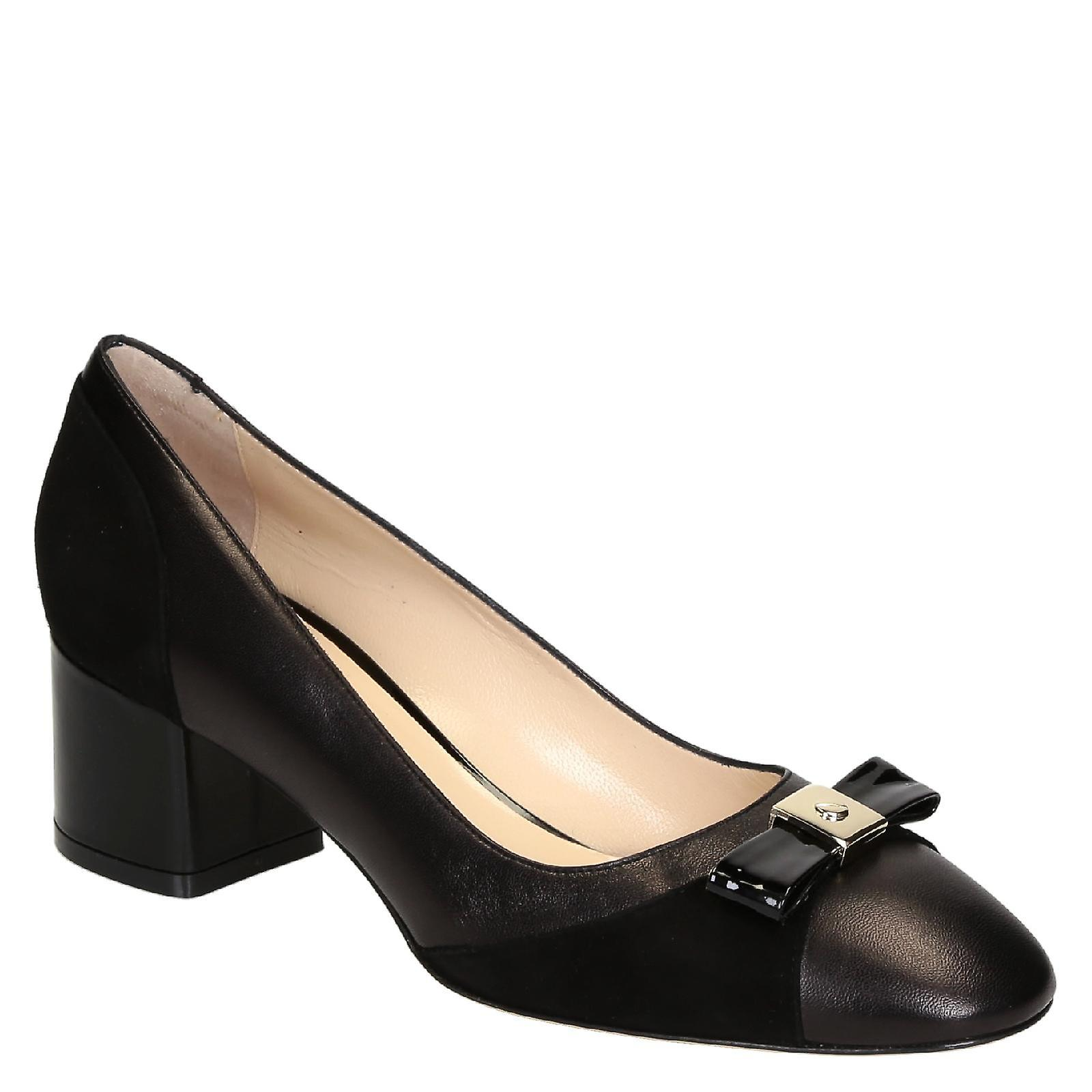Black leather mid-heel pumps on with bow on pumps toe f0fd84